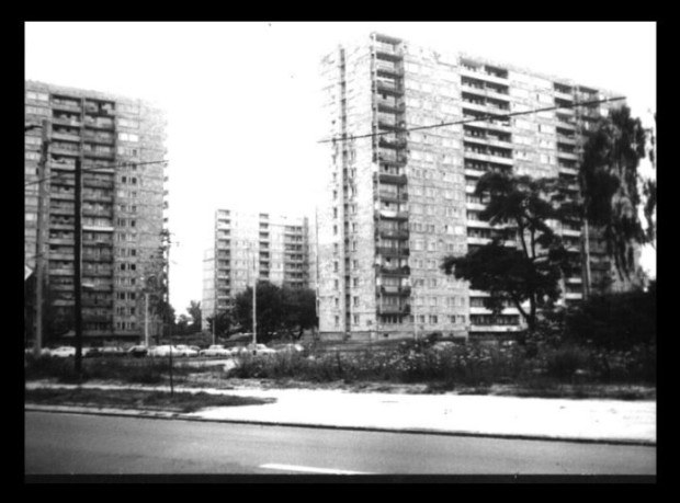 Monotoni nizovi stambenih blokova karakterističnih za Warszawu i druge gradove sa one strane željezne zavjese. Godina je 1984.