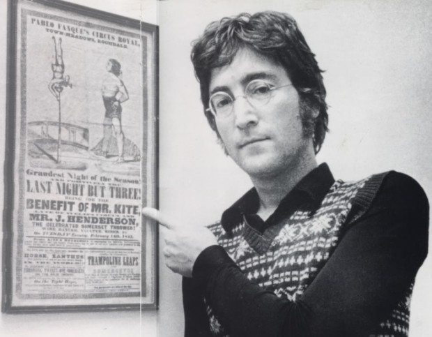 Lennon pored izvornog viktorijanskog cirkuskog plakata koji ga je inspirirao za tekst skladbe 'Being for the Benefit of Mr. Kite'. Očito Henry the Horse nije bila heroinska sintagma. No, zato je tekst pjesme 'Happines is a warm Gun' bitno izravniji!