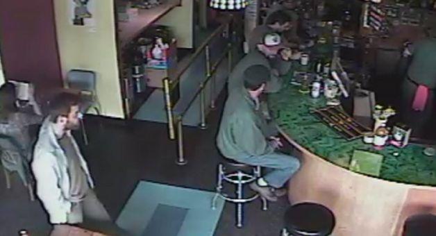 Ian L. Stawicki (lijevo), trenutak prije no što će izvršiti pokolj u Cafe Raceru. Drew i Joe (za šankom) broje zadnje sekunde života