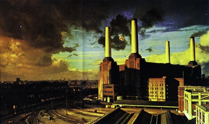 Apokaliptična fotografija elektrane Battersea u istoimenom dijelu Wandswortha u južnom Londonu. Između prednjih dimnjaka je uočljiva i čuvena floydovska balon-svinja, glavni promotor albuma 'Animals'
