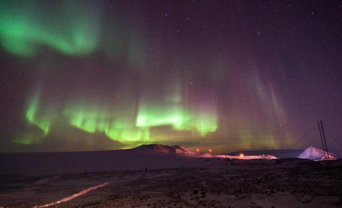 Aurora Australis, južna inačica Aurore Borealis, nad američkom istraživačkom postajom na Antarktici