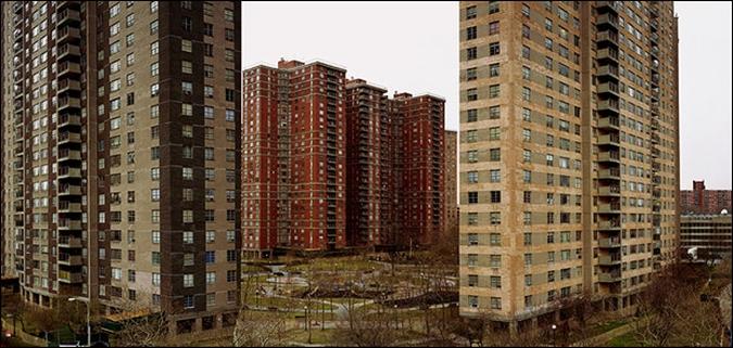 Co-oP City, socijalno naselje u Bronxu koje udomljuje oko 50.000 ljudi. Područje je poznato po kriminalu, narkomaniji i nasilju, te po još jednom samovoljnom činu njujorške policije - ubojstva starice Eleanor Bunours prilikom deložacije