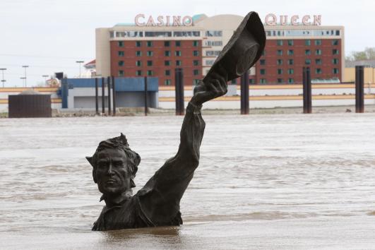 Looking for Lewis and Clark: jedan od dvojice velikih istraživača još strši nad razlivenim Mississippijem kod St Louisa! Valjda je to Clark, kažu da je on za razliku od Lewisa znao plivati!