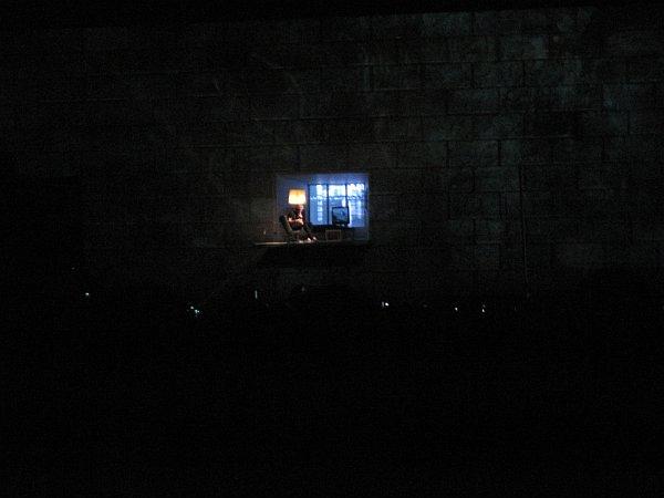 Nobody Home - viziju posrnule glazbene zvijezde kao žrtve vlastite mentalne izolacije Waters dočarava izvedbom u zidnom otvoru uz standardni asortiman: fotelju, lampu sa sjenilom i TV. (Foto: Vjeran Stojanac)