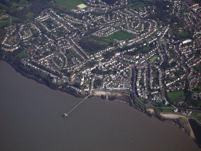 Clevedon, gradić na obali bristolskog kanala je (uz West Bay u Dorsetu) poslužio kao pozornica za utjelovljenje 'Broadchurcha'.