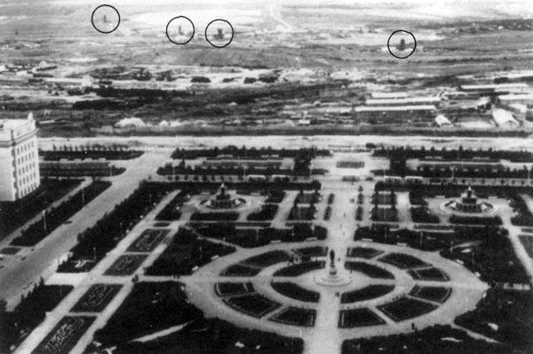 Ova je slika snimljena sa prozora Univerziteta, i sačinjava dio izvješća američkog MOD-a iz 1991. U daljini su uočljive strukture za koje se smatra da predstavljaju tornjeve za odzračivanje.
