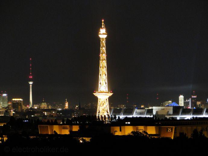 Noćni pogled ka istoku, prema srcu Berlina. U prednjem je planu Funkturm, a lijevo u daljini televizijski i telekomunkacijski toranj na Alexanderplatzu.
