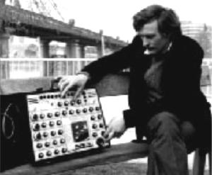 Peter Zinovieff sa svojim EMS 'Putney', uređajem sličnim VCS3, ali napravljenim tako da stane u kovčeg. Peter je, posve prikladno, snimljen pored mosta Putney u zapadnom Londonu. (Foto: BBC)
