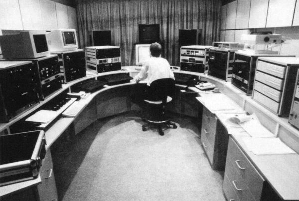 Peter Howell u Studiju A. S lijeve je strane oprema za stvaranje zvučnih efekata, a s desne je strane sustav NoNoise. (Foto: BBC)