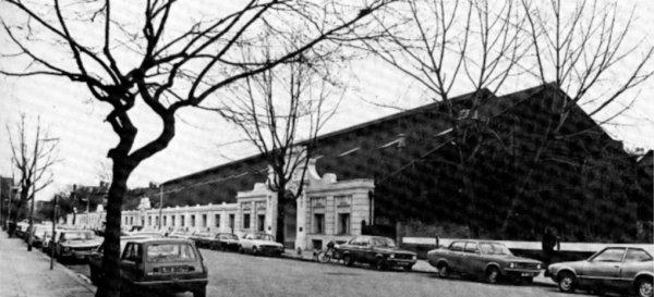 Pogled na studio u Maida Valeu, gledano sa sjevera. Neugledna građevina, jednokatnica, u osnovi je bila izgrađena od čelika, ali s vanjštinom uređenom u edvardijanskom stilu. Radiophonic Workshop nalazio se u nekoliko soba u prednjem dijelu zgrade, lijevo od glavnog ulaza, kao i u još nekoliko soba u sredini zgrade. (Foto: BBC)