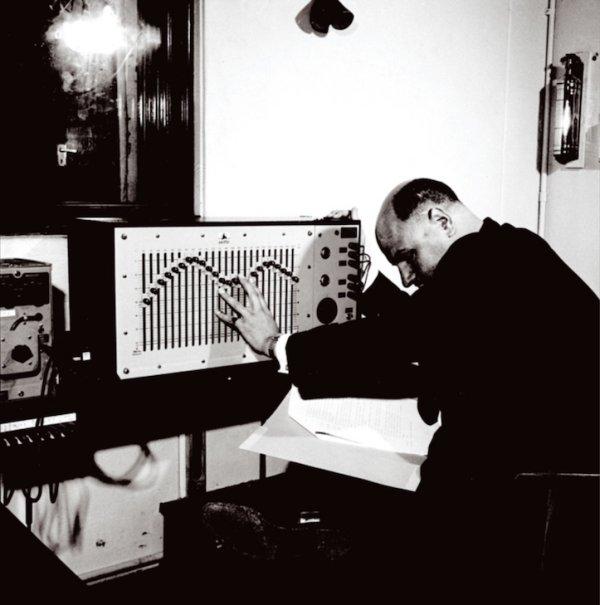 Desmond Briscoe, ravnatelj BBC-ovog Radiophonic Workshopa, snimljen uz svoj equalizer. (Foto: BBC)