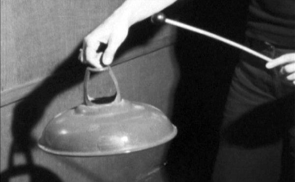Delia Derbyshire koristila je kao svojevrsni instrument i metalnu svjetiljku. No, koristilo se za stvaranje zvukova u Radiophonic Workshopu još doista svašta - limenke napunjene šljunkom, metalne cijevi, pa čak i prastari bakreni rezervoar za vodu! (Foto: BBC)