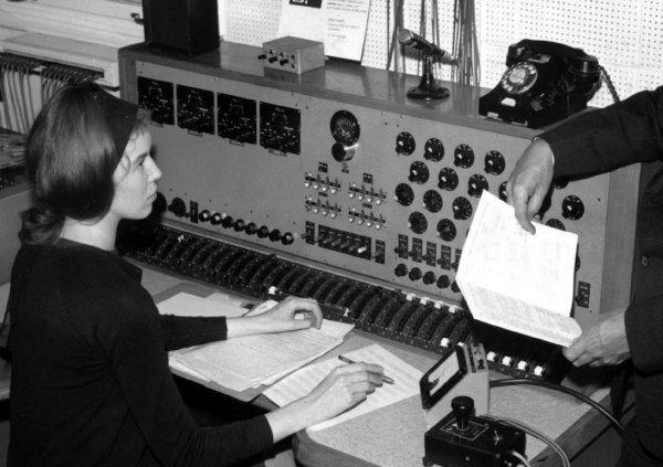 Delia na svojem radnom mjestu u sobi broj 12. Uređaj u samom dnu slike desno jest 'Glowpot', kontrola za pojačavanje signala ('gain'). (Foto: BBC)