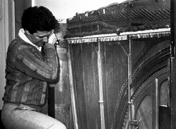 Brian Hodgson je zvuk materijalizacije TARDIS-a dočarao trljajući ključ glavnih vrata studija o žice starog, zamalo raspadnutog  koncertnog klavira čije je kučište još desetljećima stajalo u prostorijama Workshopa!