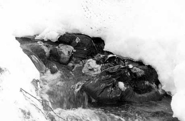 Posmrtni ostaci Aleksandra Kolevaotva i Nikolaja Thibeaux-Brignollesa, dvije od četiri žrtve koje su pronađene tek koncem travnja 1959., ispod nanosa snijega dubine četiri metra!