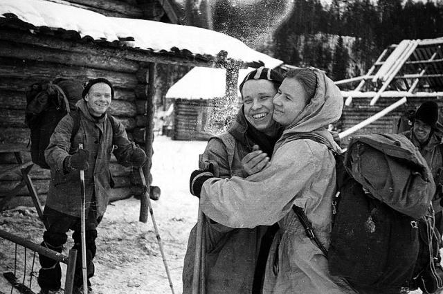 Suočen sa teškom gripom koja ne popušta, Judin se oprašta sa kolegicom Ljudmilom Dubininom. Lijevo je vođa ekspedicije, Igor Djatlov.