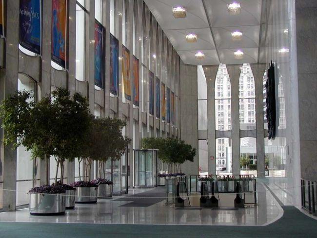 Teško je danas predočiti razmjere i monumentalnost palih tornjeva. Na slici je dvoetažni ulazni prostor (lobby) sjevernog tornja.