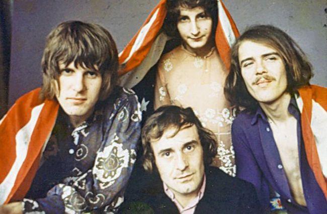 Izvorna postava The Nicea: Keith Emerson, Brian Davison, Lee Jackson, te David O'List (iznad), u jednoj od promotivnih provokacija prigodom izlaska singla 'America'