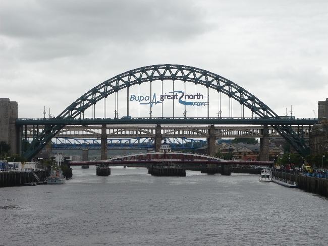 Mostovi Newcaslea: Tyne Bridge (lučni), Swing Bridge (najniži), te High Level Bridge. U daljini je vidljiva i modra rešetkasta konstrukcija Metro Bridgea. (fotografija: Jane Foster)