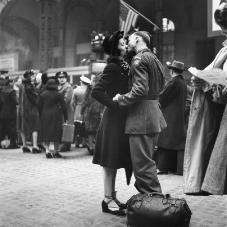 alfred-eisenstaedt-couple-in-penn-station-sharing-farewell--e1330517721942