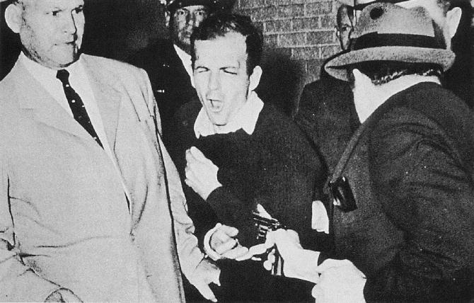 Izgleda kako se nikad neće doznati istina: Jack Ruby puca u Lee Harvey Oswalda, jedinu osobu koja je mogla nešto više kazati o sivim eminencijama koje stoje iza atentata...