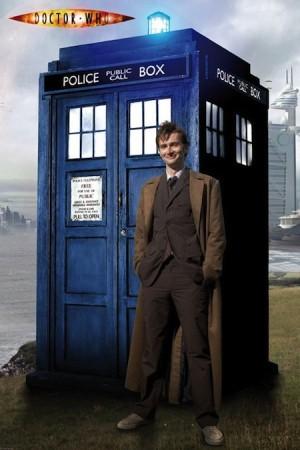 David Tennant zamjenjuje Ecclestona nakon tek jedne odigrane sezone, no njegovo će tumačenje desete Doctorove inkarnacije steći iznimnu popularnost. Naizgled opušten i sklon šaljivim razglabanjima, postajao je opasan i agresivan neprijatelj, posebice u trenucima kad bi njegove suputnice (ili čitavo čovječanstvo) našli u smrtnoj opasnosti. Uz Toma Bakera, vjerojatno najpopularniji tumač Doctora