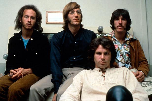 The Doors: Robbie Krieger, Ray Manzarek, Jim Morrison (sjedi) i John Densmore