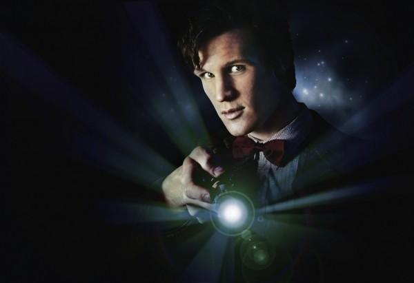 Jedanaestu inkarnaciju tumači relativno mladi Matt Smith. Njegov pomalo naivni humor jest zaštitni mehanizam prijeko potreban kad ste se u životu, odnosno životma dugim zamalo čitavo tisučljeće nagledali za ljudsko biće nepojmljivih užasa i tragedija. Iako se kraj već naslućuje, tek ćemo ovog Božića doznati kako će uistinu skončati Mattov Doctor.