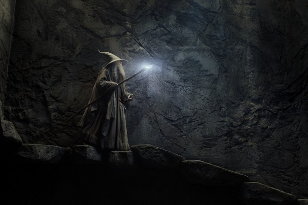 Uloga čarobnjaka Gandalfa iznova je povjerena izvrsnom Ianu McKellenu.