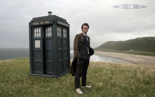 Doctorovo vozilo jest TARDIS (Time And Relative Dimensions In Space), iznutra znatno veće no što se može naslutiti pogledom izvana. Iako se TARDIS može maskirati u bilo kakav objekt, ovaj Doctorov je zbog kvara na tzv. 'kameleonskom spoju' ostao zarobljen u formi policijske telefonske govornice, karaktersitične za Britaniju pedesetih gosina dvadesetog stoljeća. (Foto: BBC)