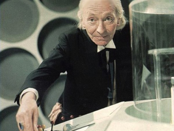 Prvu je inkarnaciju Doctora utjelovio William Hartnell, tada već u svojim šezdesetim godinama. Iako su njegova lutanja češće zahvaćala vrijeme, odnosno razne zemaljske povijesne događaje, on i njegovi suputnici su često susretali i arhetipske neprijatelje poput Daleka i Cybermena. Upravo će sukob s ovim potonjima Doctora stajati glave.