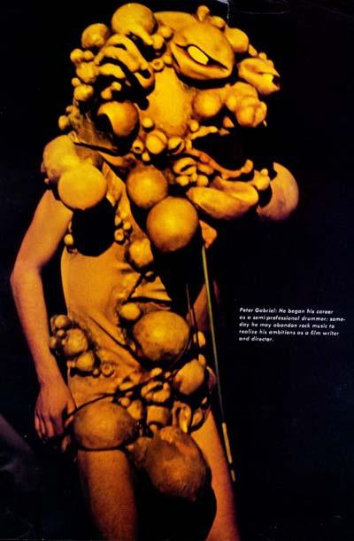 Peter Gabriel u mjehurastoj maski stvorenja znanog kao 'it'.