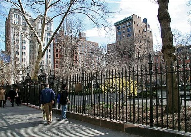 Gramercy Park, jedna od elitnijih četvrti se učestalo provlači kroz književna djela autora koji koriste Manhattan kao poprište radnje, poput Trumana Capotea, J.D. Salingera ili Don DeLilla
