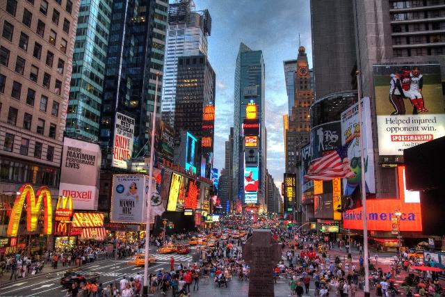 Times Square, nekoć središte njujorškog novinskog izdavaštva se nalazi na križanju Broadwayja i 7. Avenije
