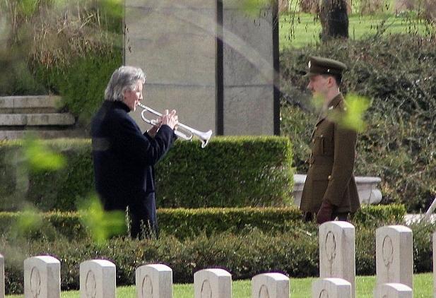 Odavanje posljednje počasti ocu poginulom u Drugom svjetskom ratu - Roger Waters na memorijalnom groblju Monte Cassino, 22. siječnja 2014.