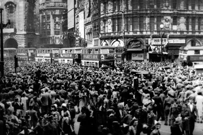 VE_DAY_Piccadily_1945