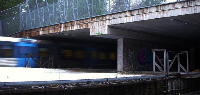 Južni ulaz u tunel koji sadrži i postaju Kymlinge. Derutni ambijent samo pojačava doživljaj samoće i nećeg pomalo nadrealnog.
