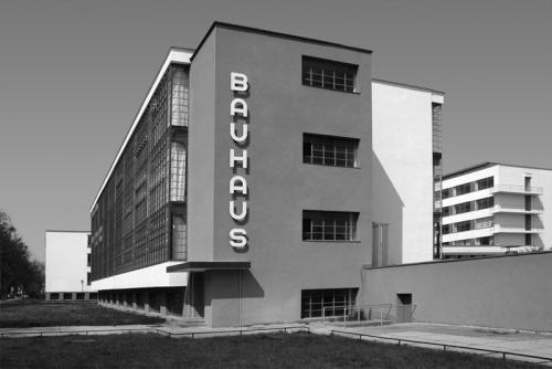 Zgrada arhitektonsko - dizajnerske škole Bauhaus u Dessauu, Njemačka. U svoijim najboljim trenucima (dvadesete godine XX. stoljeća), ovdje su prerdavali Paul Klee, Vasilij Kandinski, Walter Gropius i brojni drugi.