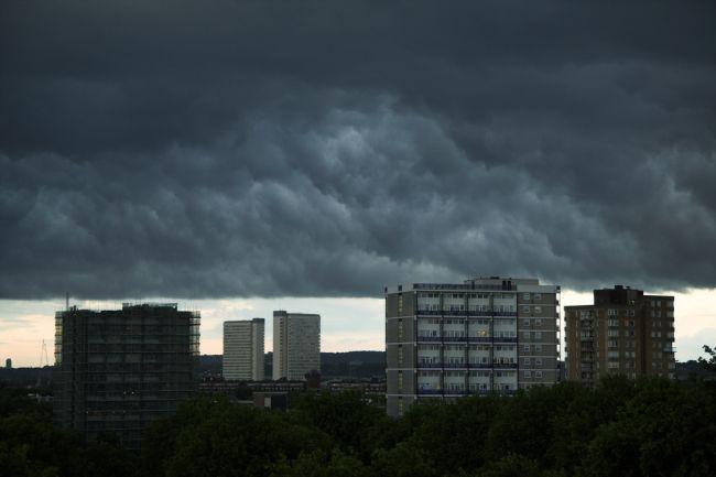Tmurni oblaci nad Londonom: pogled sa Surrey Docksa južno prema Deptfordu