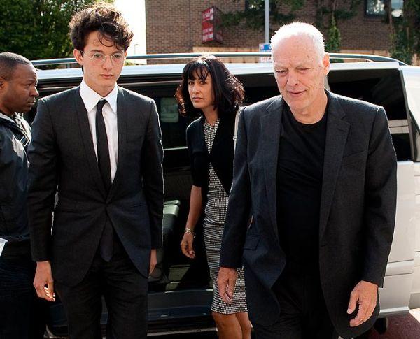 Charlie Gilmour u pratnji majke Polly i očuha Davida ulazi u sudnicu.
