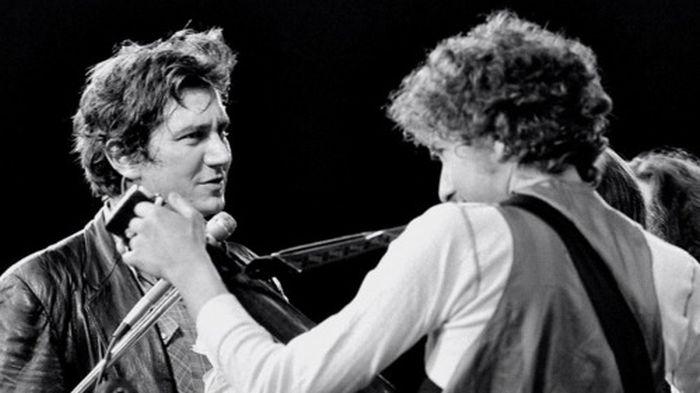 Phil Ochs i Bob Dylan - jedna od rijetkih zajedničkih fotografija s također rijetkih zajedničkih nastupa dva strogo polarizirana rivala