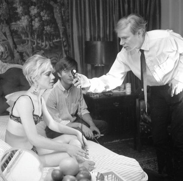Edie Sedgwick i Andy Warhol u sobi hotela Chelsea, pri snimanju filma 'Chelsea Girls' (1966).